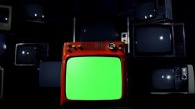 有许多电视的老红色电视绿色屏幕 退色对黑色的蓝色钢口气 股票视频