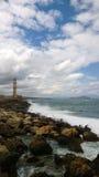 有许多的不安定的风大浪急的海面波浪和一座著名灯塔在市干尼亚州克利特,希腊 库存照片