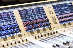 有许多的五颜六色的音乐控制台按钮 免版税库存图片