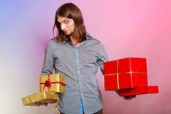 有许多的人提出礼物盒 库存照片