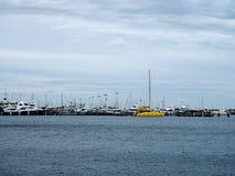 有许多的城市码头航行 免版税库存照片