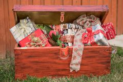 有许多的大红色箱子在假日提出 快活的圣诞节 免版税库存照片