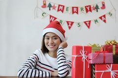 有许多的愉快的少妇圣诞节礼物盒 快活的圣诞节 免版税图库摄影