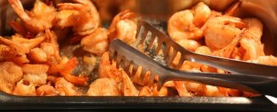 有许多的盘子在亚洲餐馆油煎了虾 库存照片