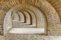 有许多石曲拱的拱道,古色古香的隧道 免版税图库摄影