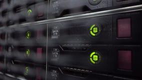 有许多硬盘的存贮机架在数据中心里屋子  硬盘驱动器佐田 股票视频