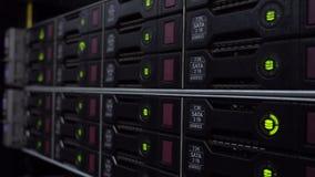 有许多硬盘的存贮机架在数据中心里屋子  硬盘驱动器佐田 o 股票录像