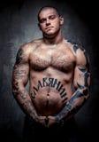 有许多纹身花刺的肌肉年轻人 图库摄影