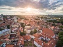 有许多老街道和大教堂广场的维尔纽斯老镇和钟楼在背景中 立陶宛 圣约翰斯教堂钟塔 免版税库存照片