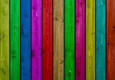 有许多色的木板的木墙壁 免版税图库摄影
