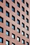 有许多蓝色窗口的砖办公室 免版税库存图片
