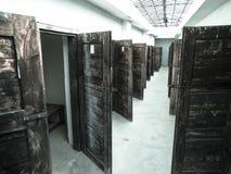 有许多门的长的走廊对监狱牢房 图库摄影