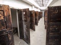 有许多门的长的走廊对监狱牢房 库存照片