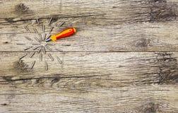 有许多附件的螺丝刀在木蓝球板 库存照片
