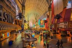 有许多霓虹灯和游人的佛瑞蒙街在拉斯维加斯 免版税库存照片