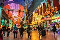 有许多霓虹灯和游人的佛瑞蒙街在拉斯维加斯 库存照片