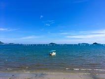 有许多风帆和小船的明亮的海,天空是非常蓝色的 库存图片