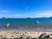 有许多风帆和小船的明亮的海,天空是非常蓝色的 免版税库存照片