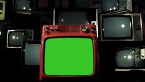 有许多20世纪80年代电视的葡萄酒红色电视绿色屏幕 移动式摄影车射击了 铁颜色口气 股票视频