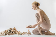 有许多pointe鞋子的芭蕾舞女演员 库存照片