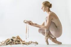 有许多pointe鞋子的芭蕾舞女演员 免版税库存照片