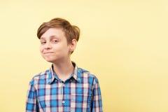 有讽刺微笑的嘲笑的嘲笑的嘲笑的男孩 免版税图库摄影