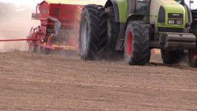 有设备的农用拖拉机做在领域的犁沟 股票录像