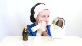有设备的女孩执行面孔的皮肤的microdermabrasion 秀丽和护肤的概念 股票视频