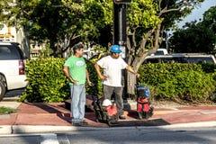 有设备等待的工作者在提取的街道对骗局 图库摄影