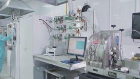 有设备计算机打印机和女孩雇员的实验室工作场所 影视素材