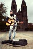 有设法的吉他的叫化子挣在公众的钱 库存照片