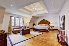有设计天花板的明亮的豪华卧室 图库摄影