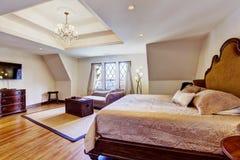 有设计天花板的明亮的豪华卧室 免版税库存图片