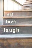 有词文本的木咖啡馆台阶 库存照片