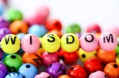 有词智慧的五颜六色的字母表玩具在它 库存照片