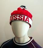 有词`俄罗斯`的体育帽子在时装模特上头把放  免版税库存照片