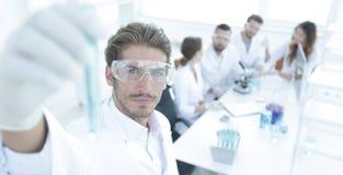 有试剂的管在被弄脏的背景实验室 免版税库存照片