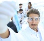 有试剂的管在被弄脏的背景实验室 免版税图库摄影