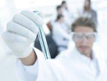 有试剂的管在被弄脏的背景实验室 免版税库存图片