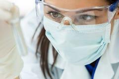 有试管的女性妇女研究科学家在实验室 库存照片