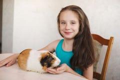 有试验品的小美丽的女孩 图库摄影