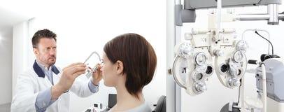 有试验框架审查的眼力妇女患者的验光师我 库存照片