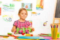 有诗歌选的小白肤金发的女孩 免版税库存图片