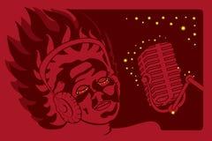 有话筒和耳机的唱歌的妇女 图库摄影