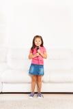 有话筒的逗人喜爱的亚裔女孩 库存图片