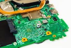 有详细电子元件的计算机主板,特写镜头射击了 免版税库存照片