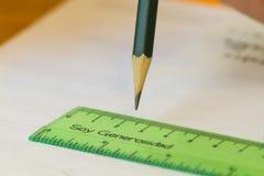 有说宽厚的绿色统治者的绿色铅笔 库存图片
