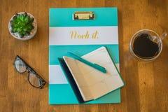 有说`工作它`的剪贴板的顶视图桌面 免版税库存图片