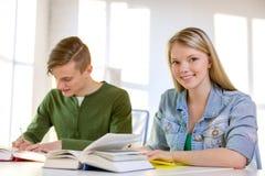 有课本和书的学生在学校 库存照片