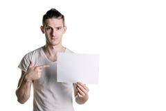 有调查框架的一张空白的纸片的年轻英俊的人 署名的,文本地方 水平的框架 库存照片